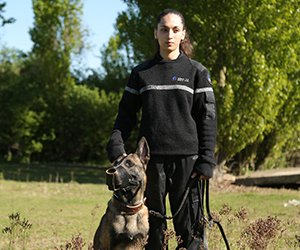 femmes maitre chien sécurité goron