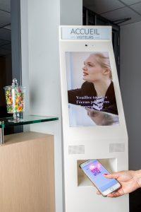 Découvrez les différentes fonctionnalités de la borne électronique d'accueil de Théma Services